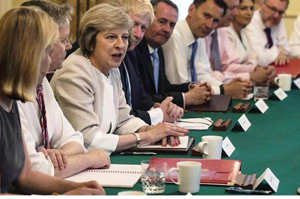 ترزا مِی اولین جلسه کابینه جدید بریتانیا را برگزار کرد